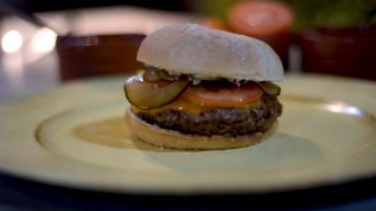 plato con hamburguesa de bufalo