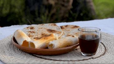 plato con comida y taza de bebida caliente