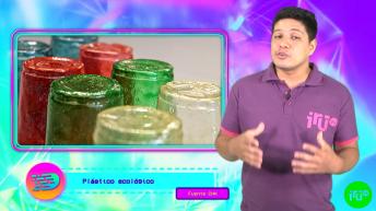 muchacho con chomba violeta y vasos de plástico