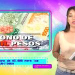 mujer con tablet en mano y billetes de pesos argentinos