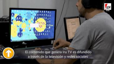 hombre con remera gris con computadora en IRUTV