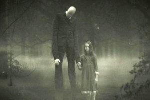 Slenderman es un personaje ficticio que se originó como un creepypasta creado por el usuario de internet
